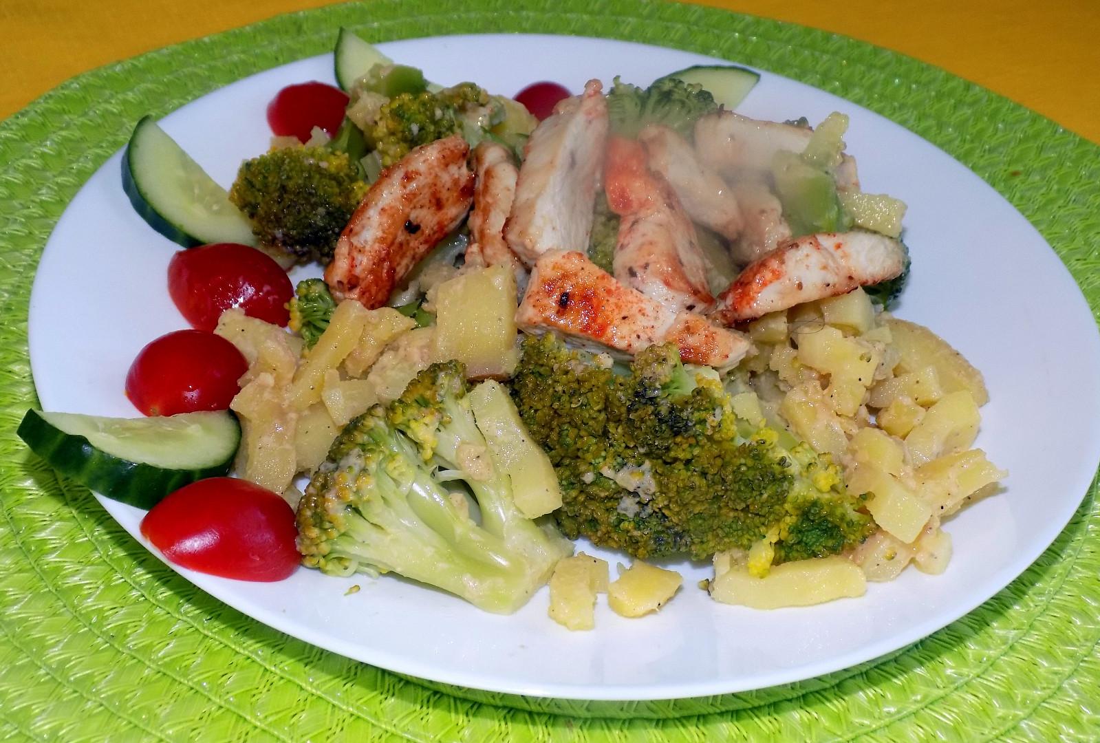 Brokolicovo-bramborový salát s kuřecím masem