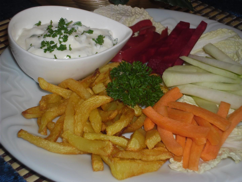 Bylinkový dip s hranolkami a zeleninou