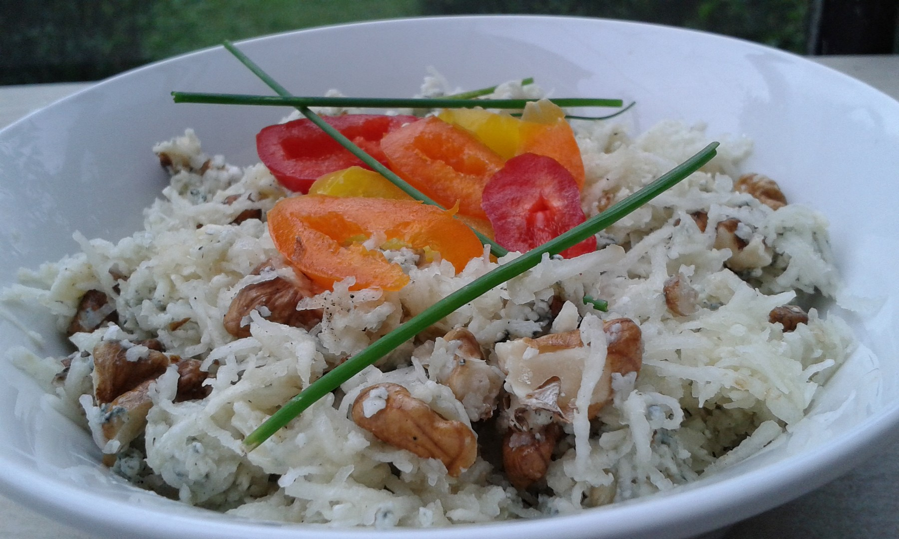 Celerový salát s Nivou a ořechy