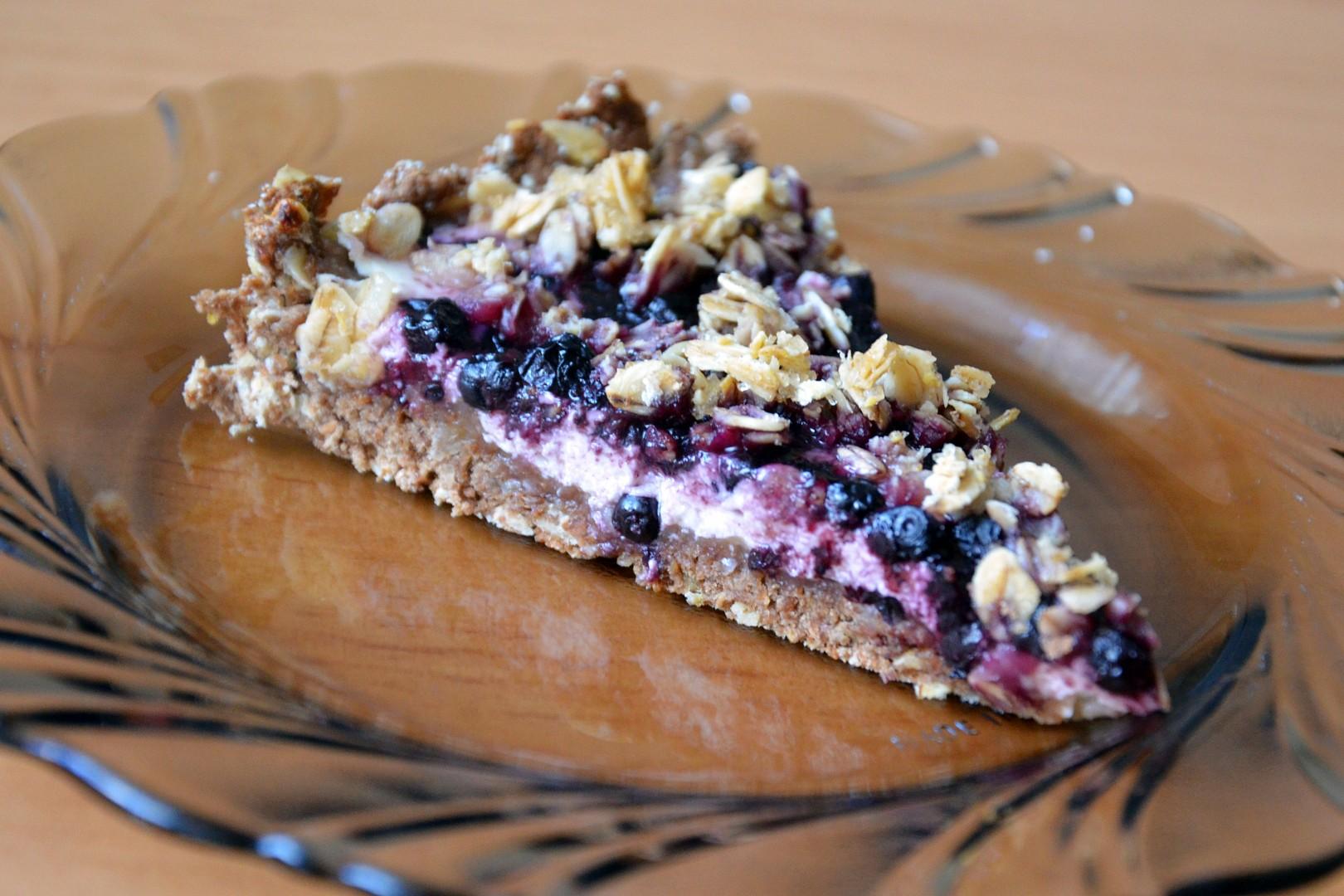Celozrnný koláč s tvarohem, ovocem a drobenkou z ovesných vloček