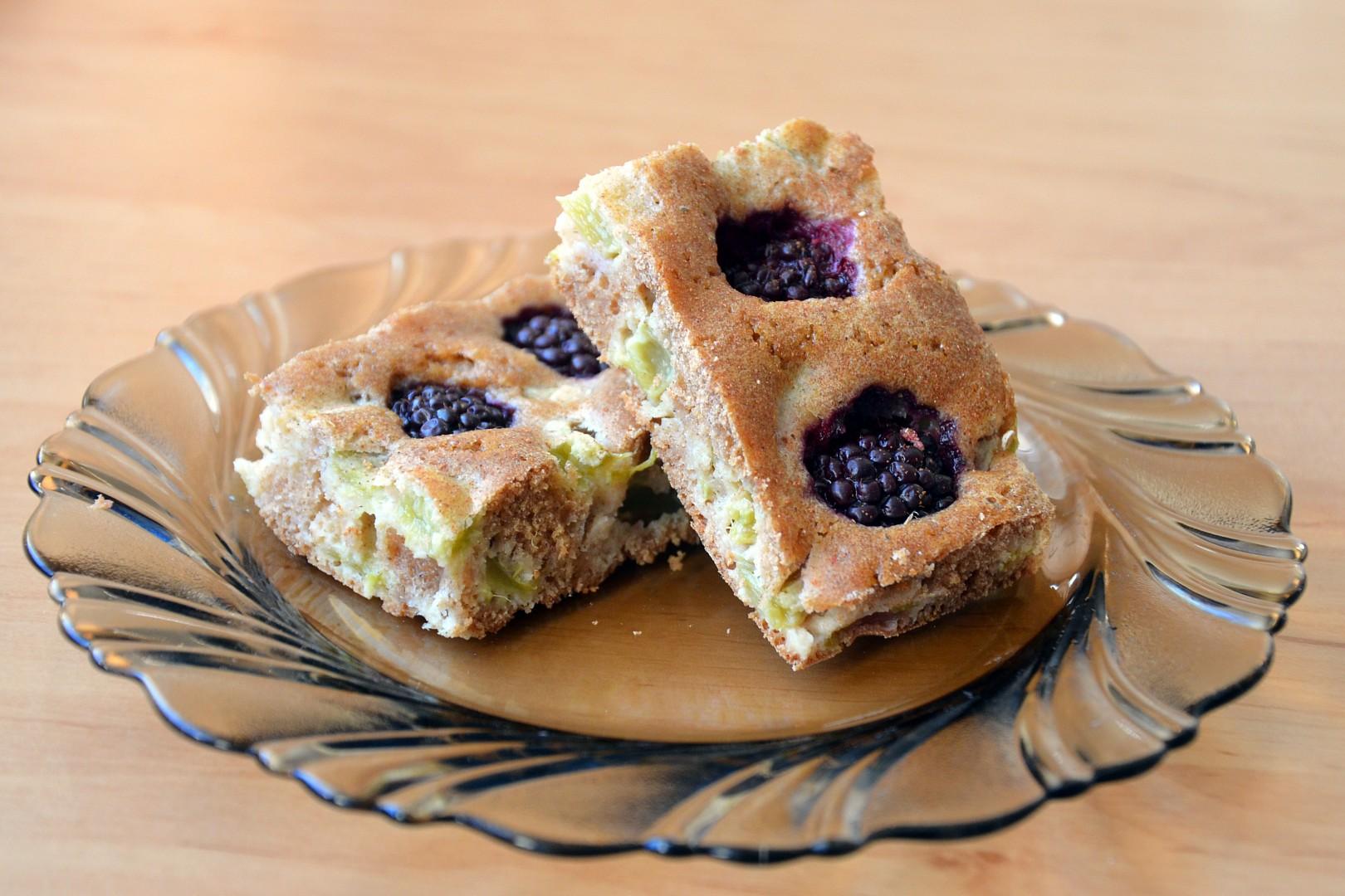Celozrnný rebarborový koláč s ovocem