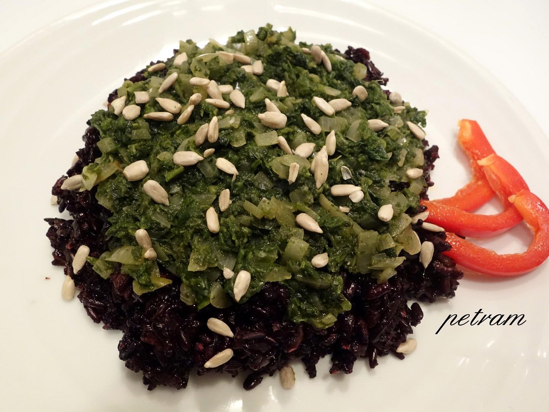 Černá rýže se špenátem a semínky