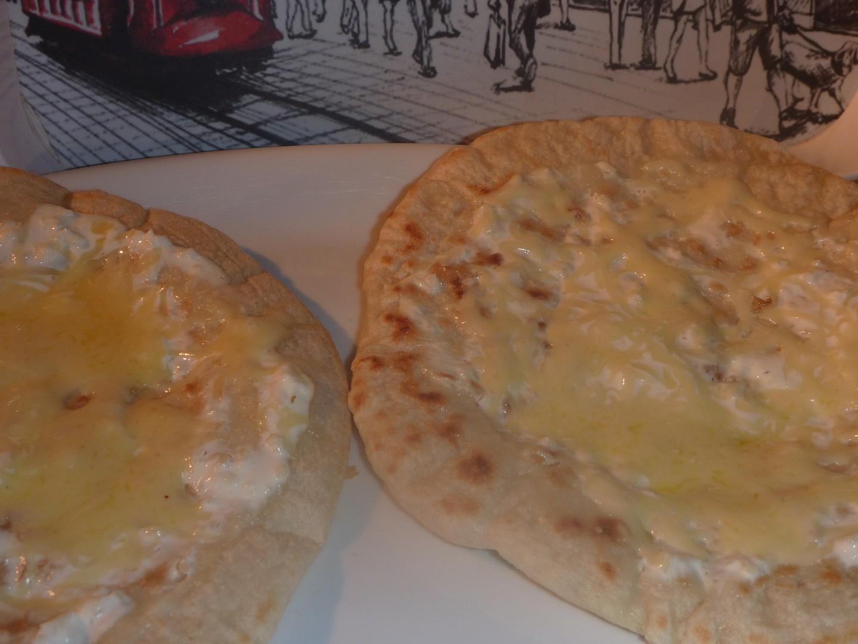 Chlebové placky z pánve se smetanou a sýrem