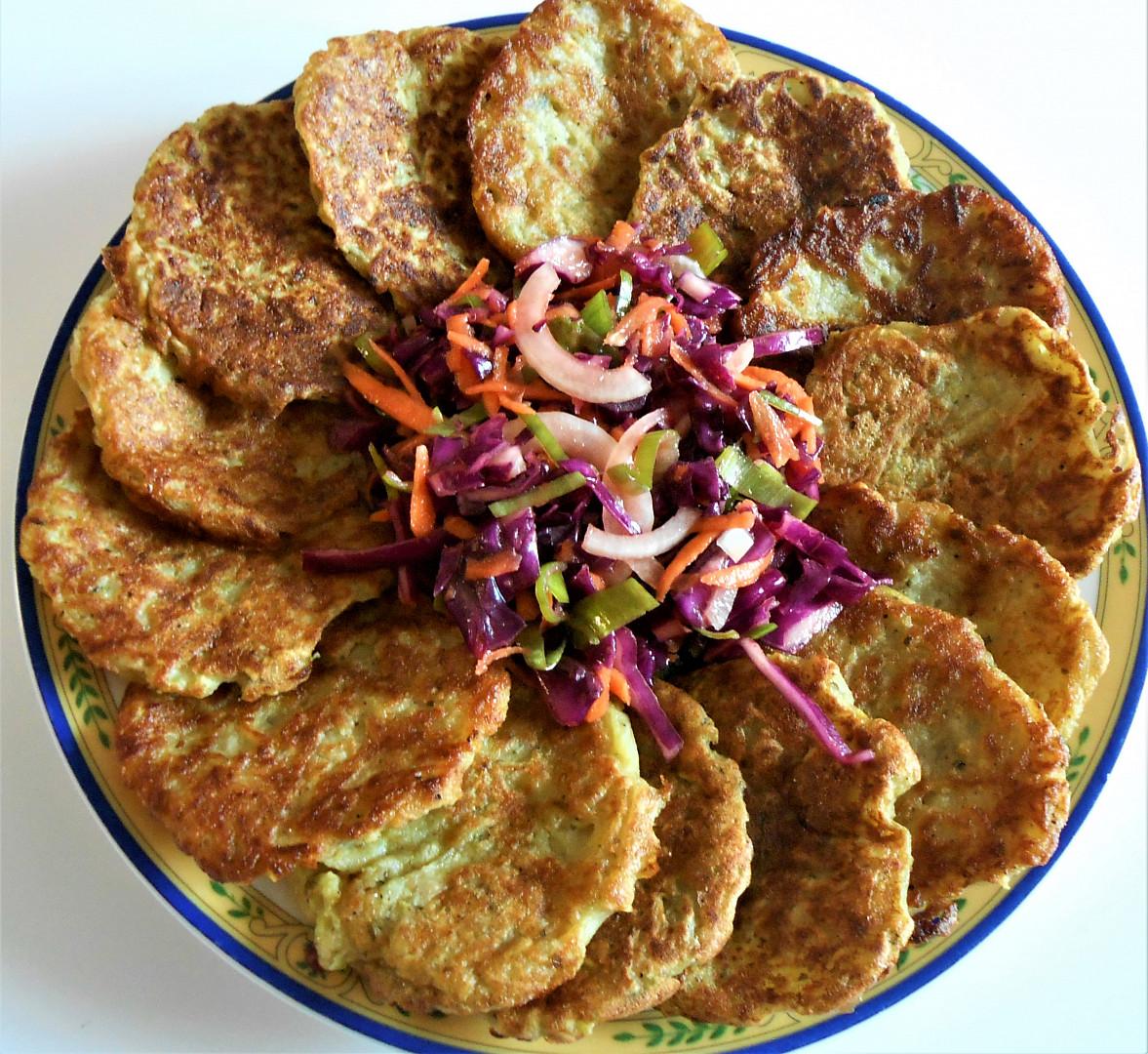 Cuketové bramboráky a pikantní zelný salát (Dělená strava podle LK - kytičky+zelenina)