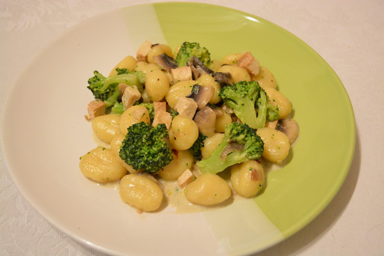 Gnocchi s brokolicí, tofu a žampiony
