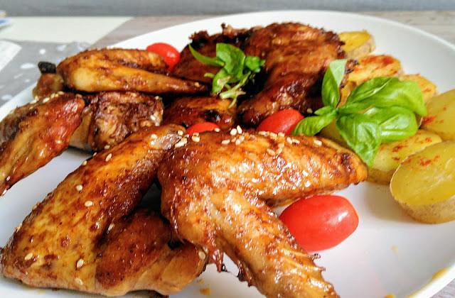 Grilovaná kuřecí křídla a stehenní plátky v pikantní uzenémarinádě