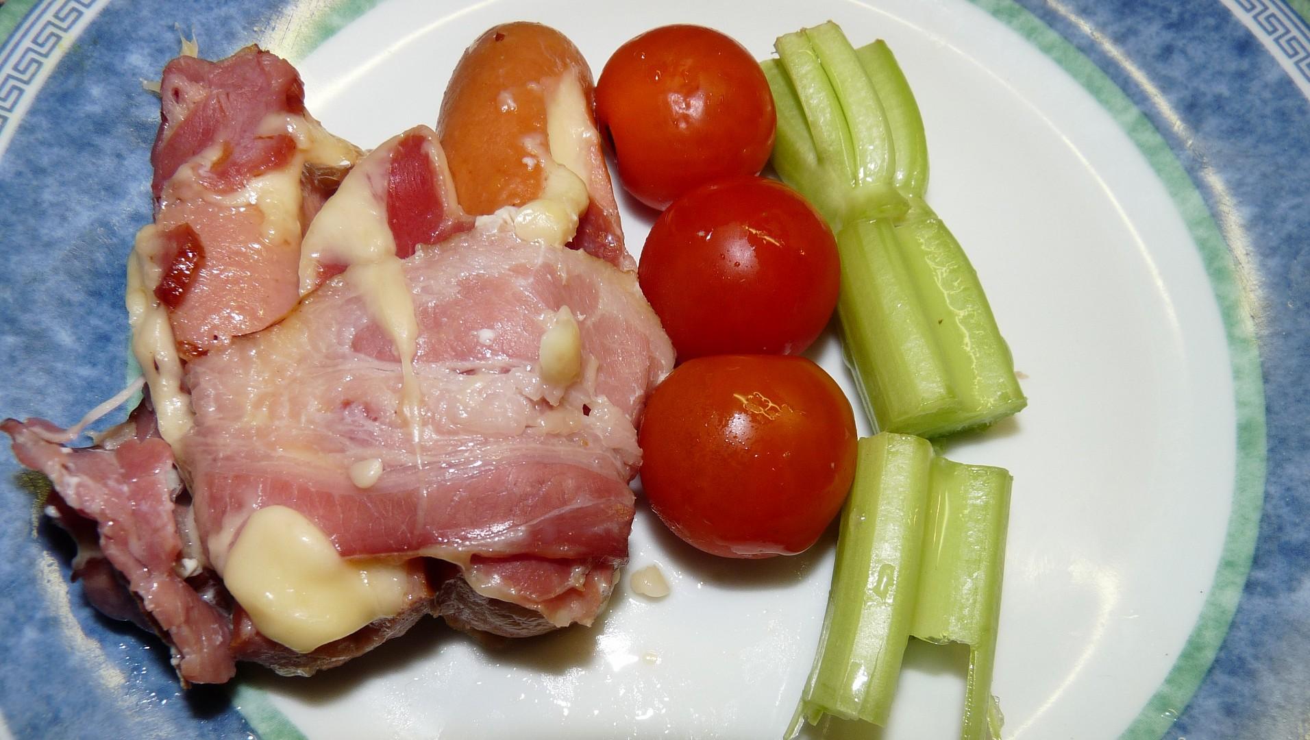 Grilované uzeniny se sýrem a slaninou