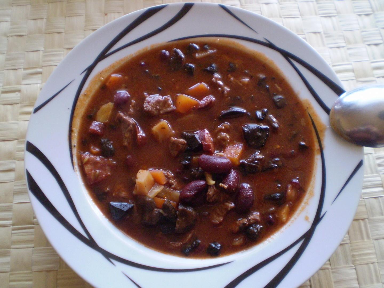 Hovězí guláš s fazolemi a zeleninou