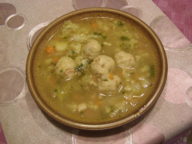 Hovězí polévka s knedlíčky sýrovoslaninovými