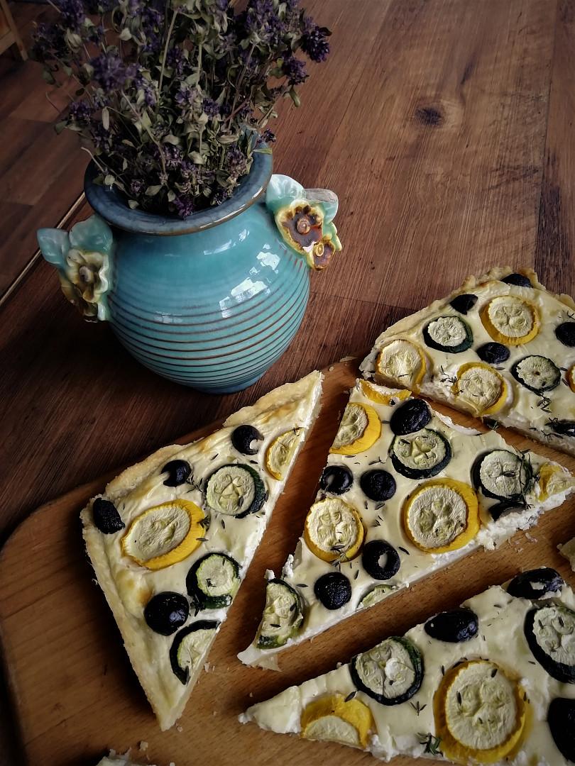 Koláč s cuketou, tymiánem a olivami