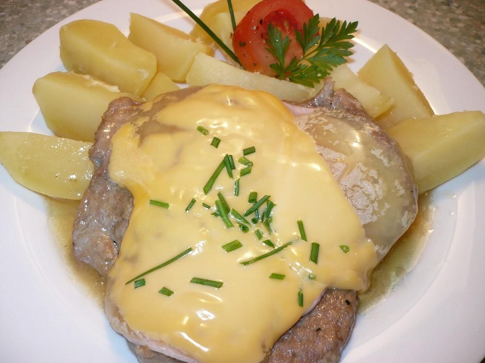 Krkovička se šunkou, sýrem a tvarůžky
