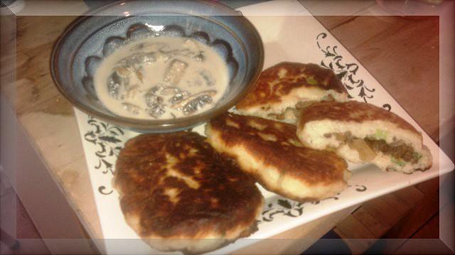 Krokety[Zrazim] z brambor plnene masem a s houbovou omackou
