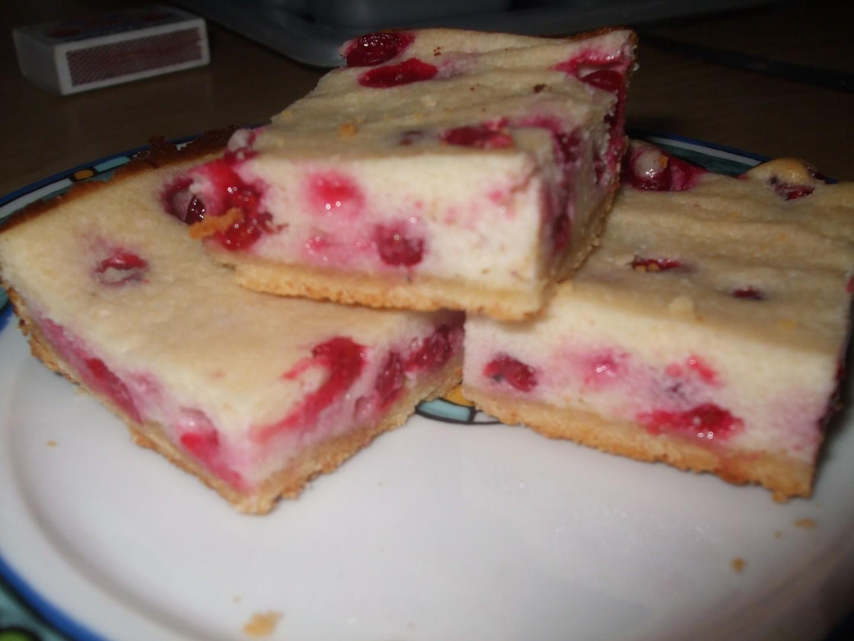 Krupicový koláč s tvarohem a ovocem (rybízem)