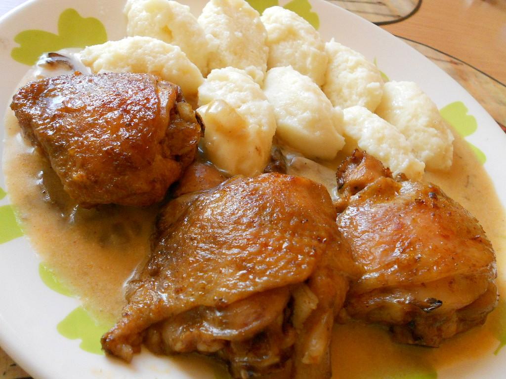 Kuře na smetaně s houbami a krupicovými noky