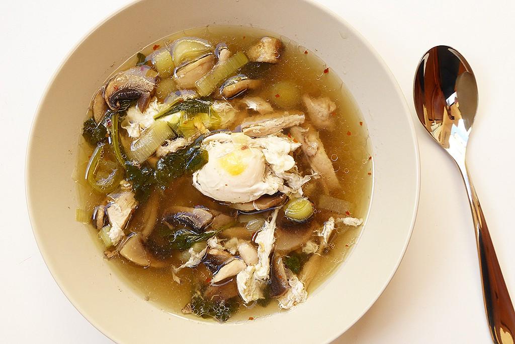 Kuřecí polévka se zastřeným vejcem