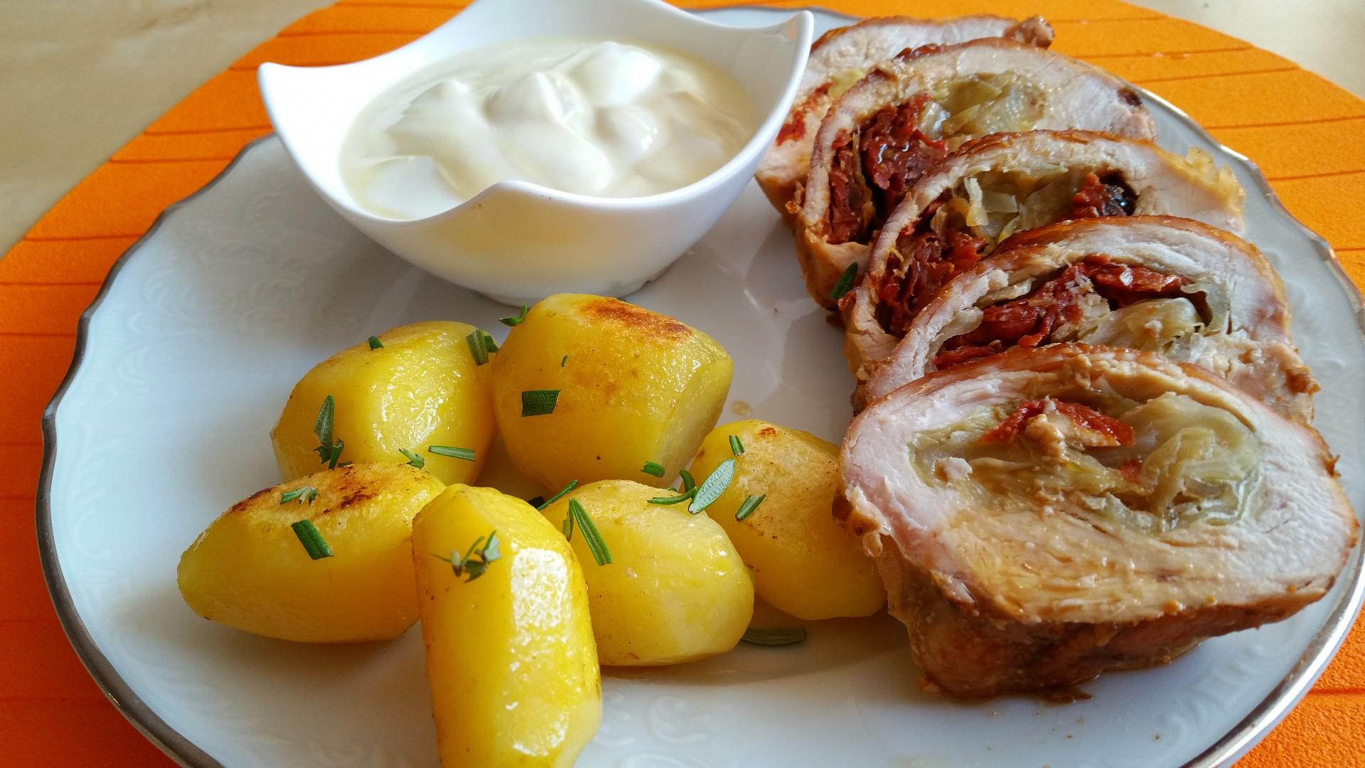 Kuřecí prsa plněná sušenými rajčaty a hlávkovým zelím