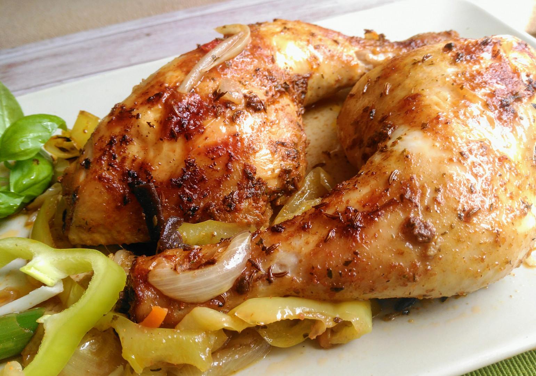 Kuřecí stehna v pikantní marinádě, pečená na cibulích, paprikách a další zelenině