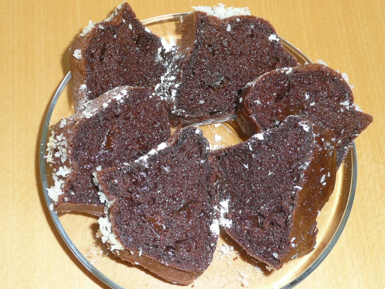 Lehoučká kakaová bábovka se sušenýma švestkama