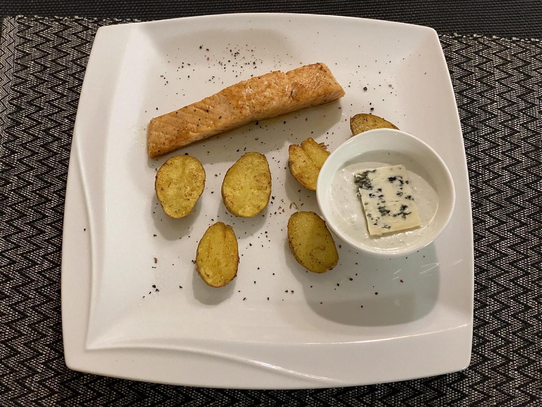 Losos s pečenými brambory a nivovým dipem