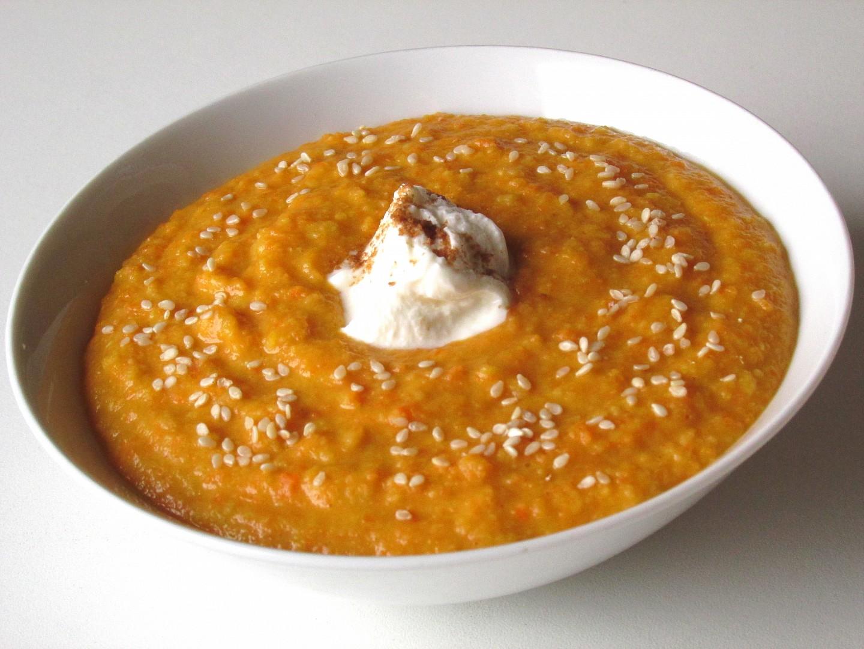 Mrkvová polévka s červenou čočkou a tvarohem