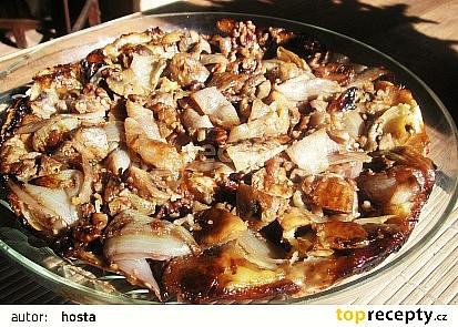 Obrácený koláč s cibulí, ořechy a žampiony