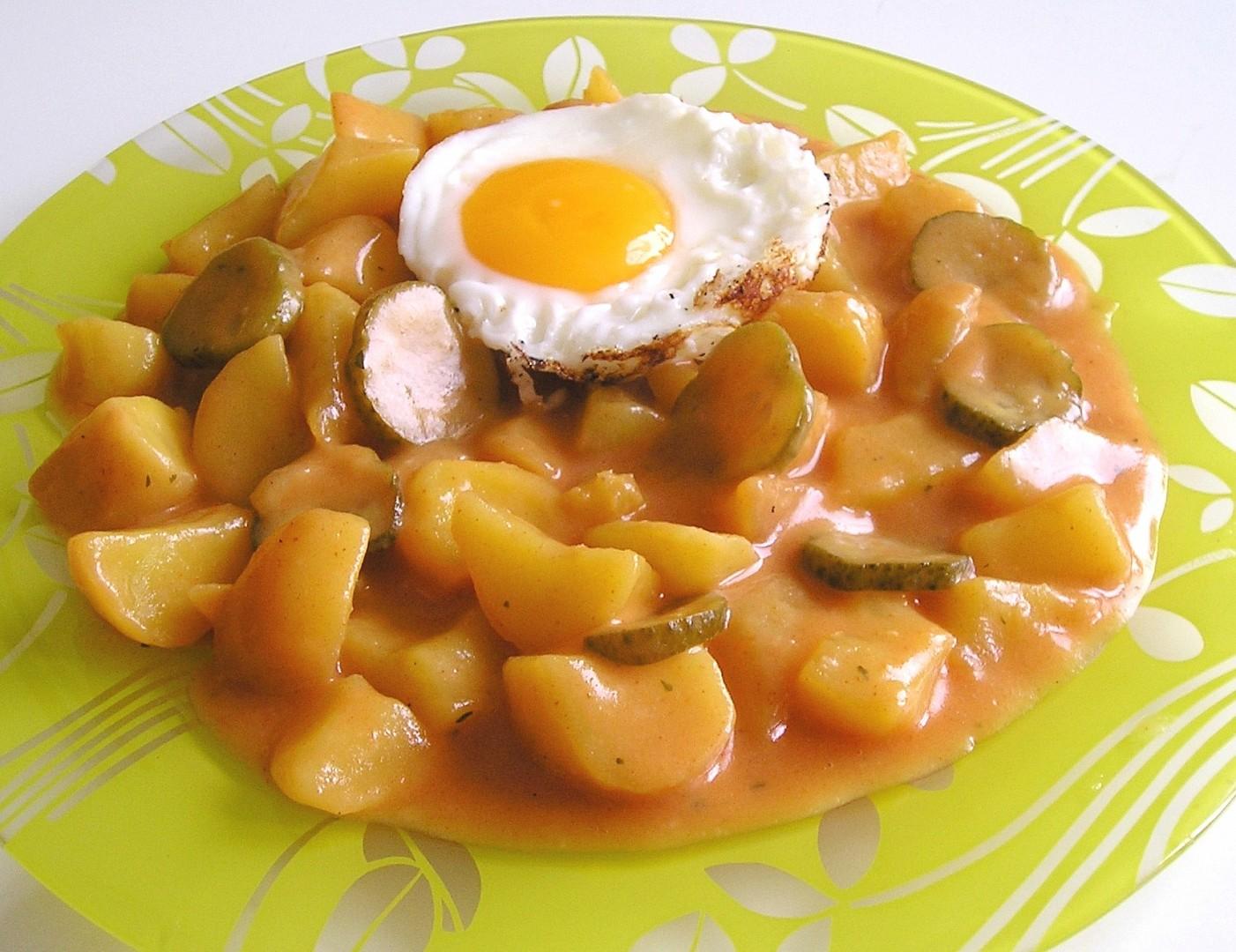 Paprikové brambory s okurkami