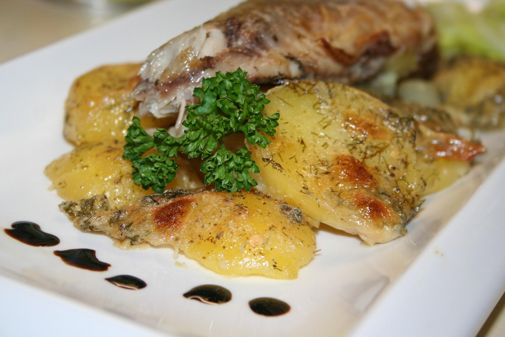 Pečená uzená makrela s cibulí a koprovými brambory
