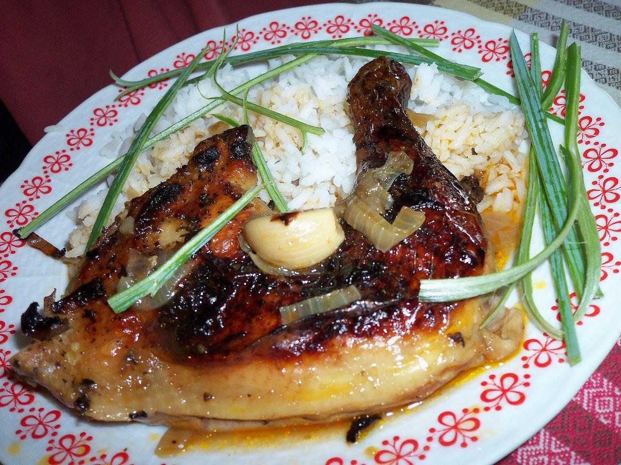 Pečené kuře na bazalce s červenou cibulí a celým česnekem