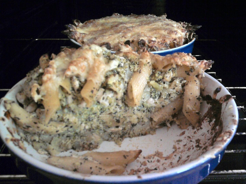 Penne v sýrovo-smetanové omáčce s kuřecím masem, brokolicí, česnekem a bazalkou
