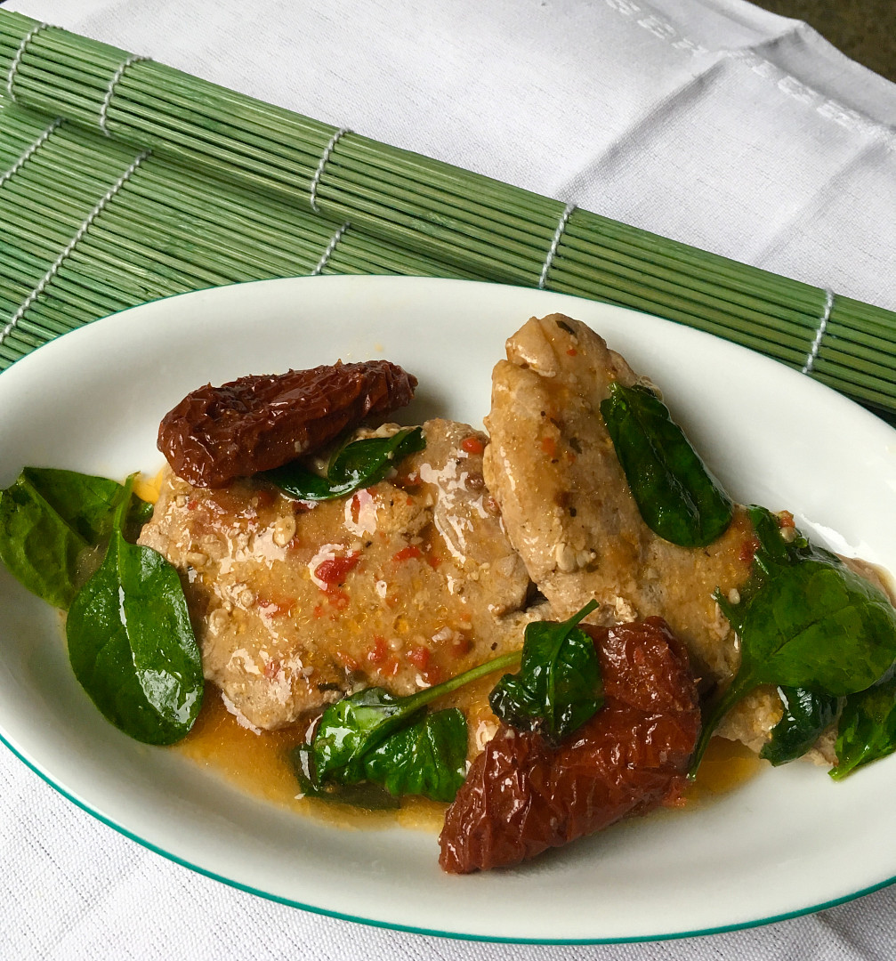 Pikantní vepřové plátky se sušenými rajčaty a baby špenátem