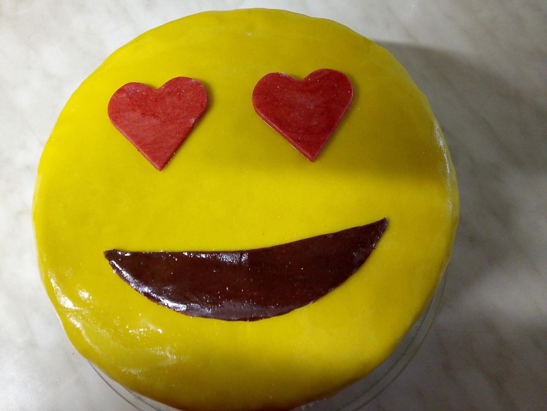 Piškotový dort potažený falešným marcipánem