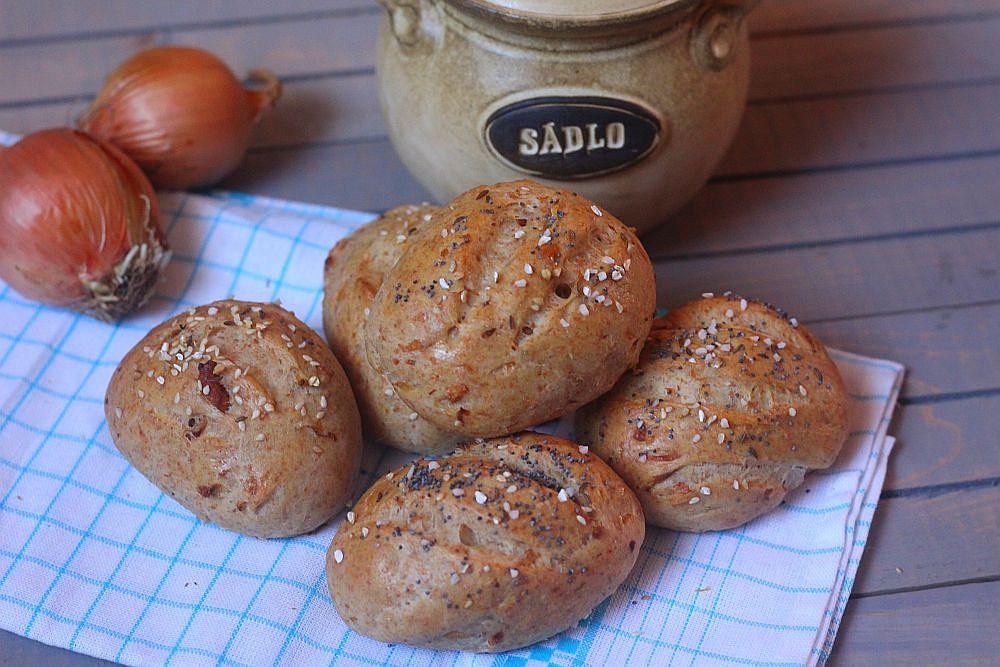 Pivní dalamánky s mletými škvarky a restovanou cibulkou