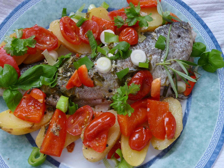 Pochoutkový pstruh s bylinkami, zeleninou a brambůrky v alobalu