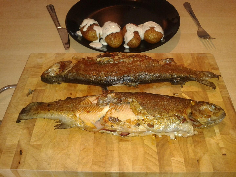 Pstruh a brambory s česnekovým dipem