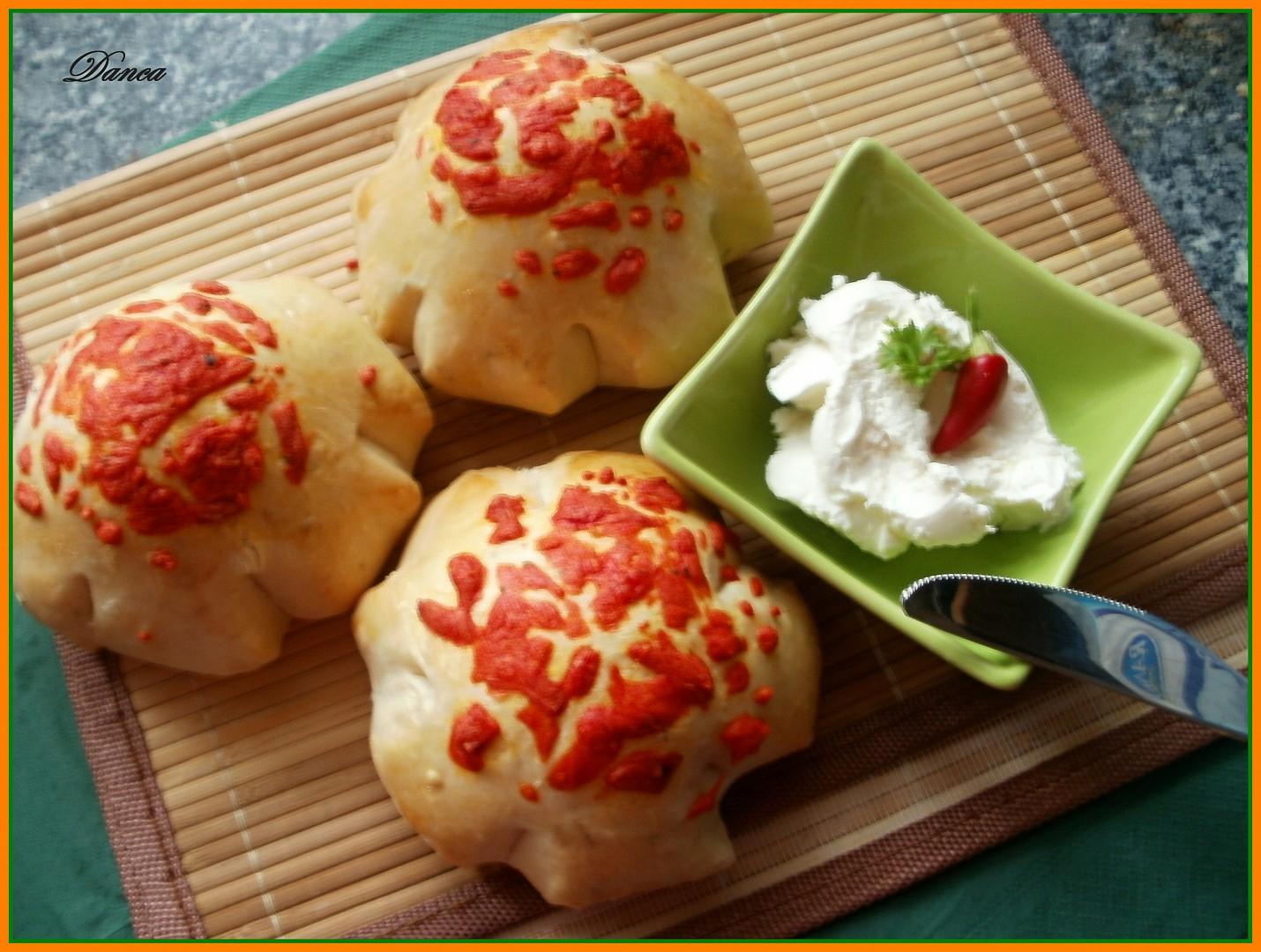 Rozmarýnové kytičky s červeným sýrem