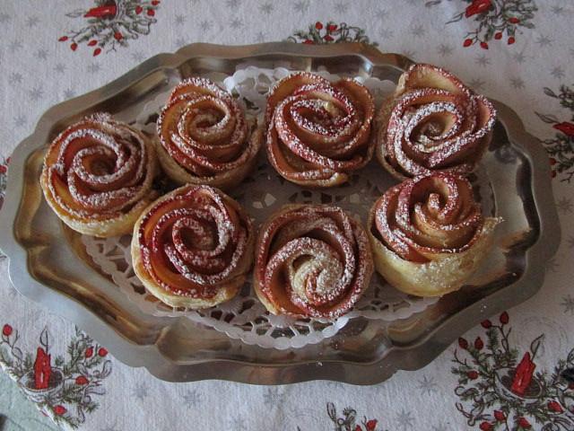 Růže z listového těsta s jablky
