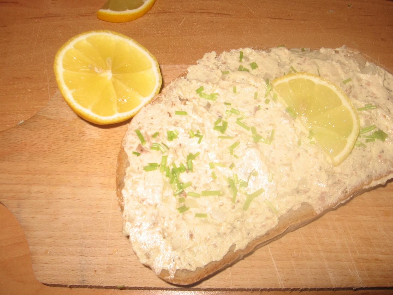 Rybí pomazánka s česnekem a cibulí