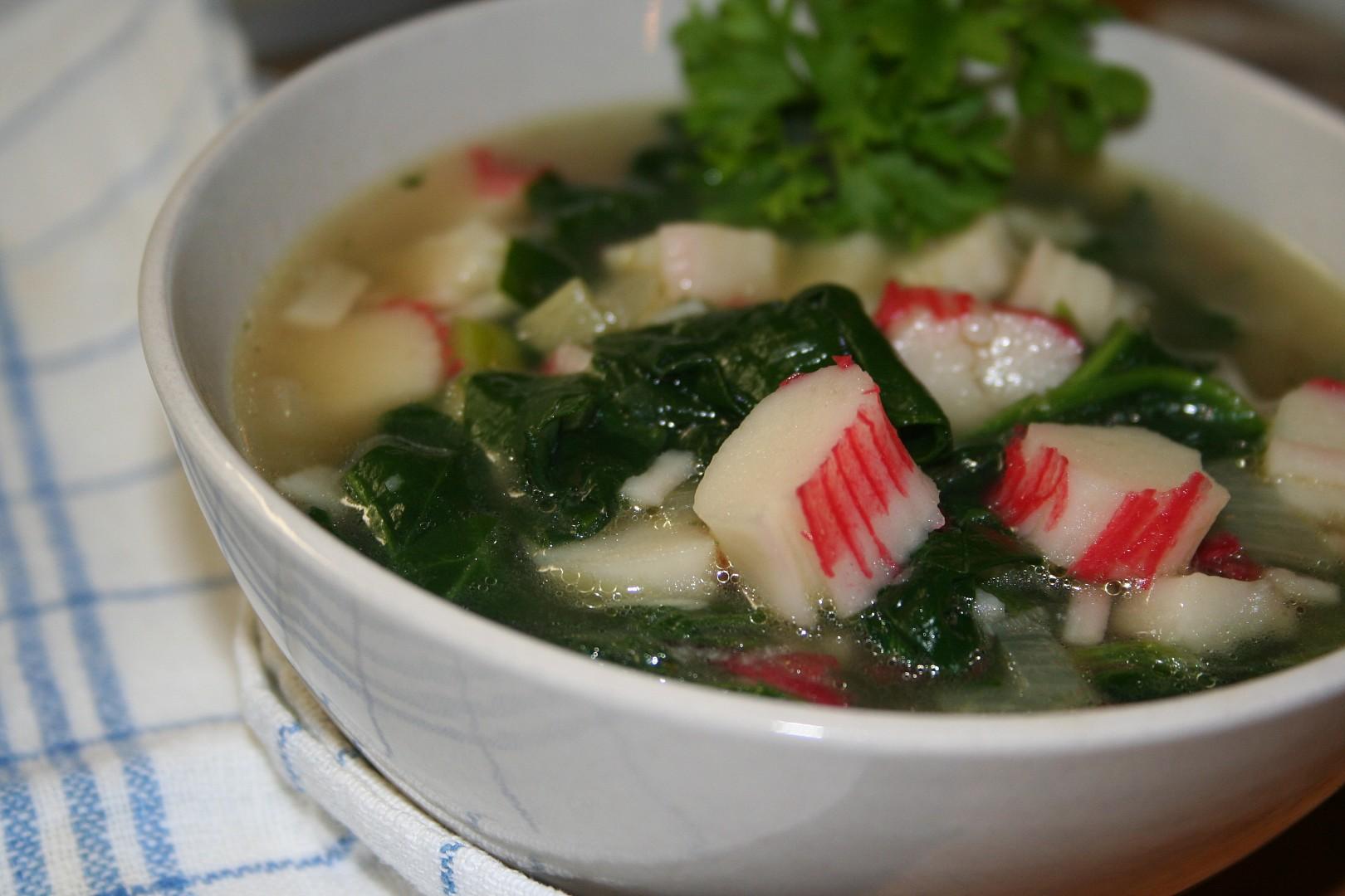 Rychlá a dietní polévka se špenátem a krabími tyčinkami