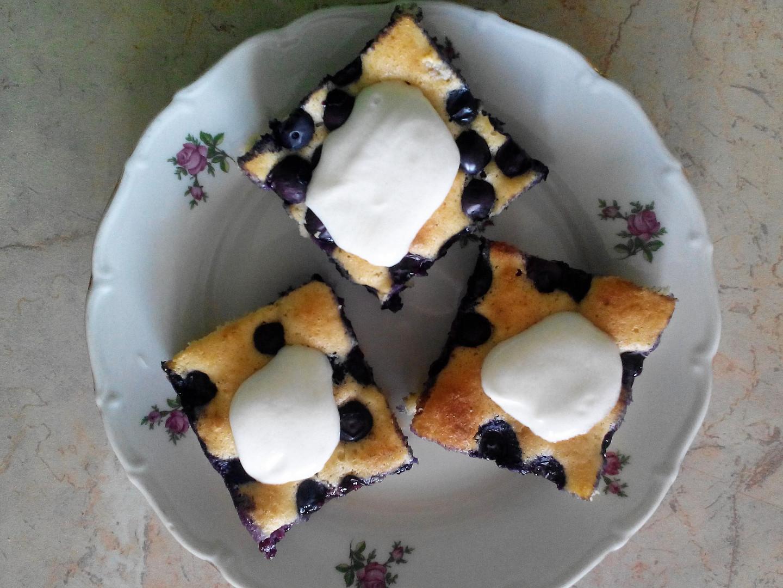 Rychlý piškotový koláč s ovocem