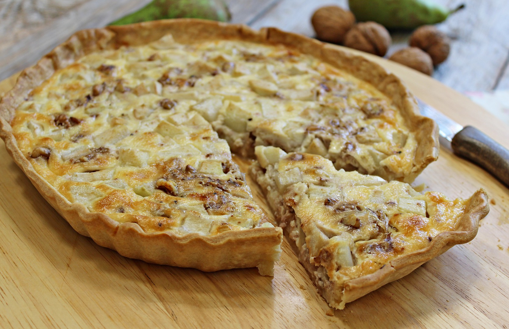 Slaný hruškový koláč s gorgonzolou a ořechy