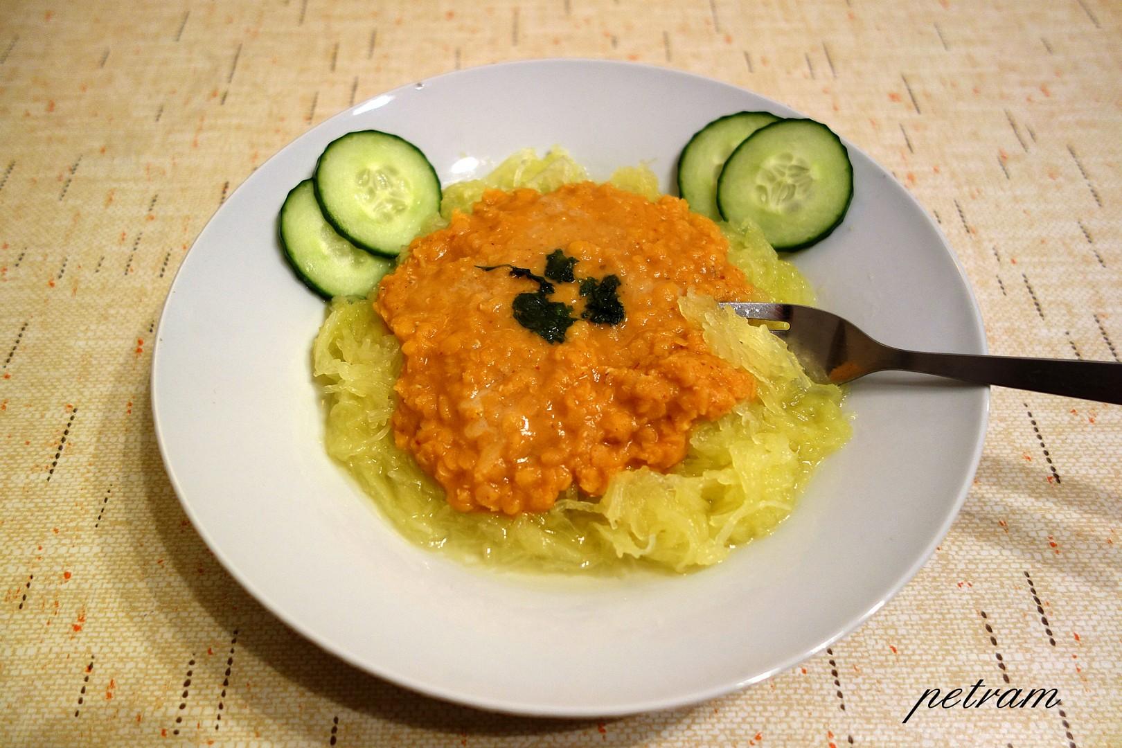 Špagetová dýně s čočkovou omáčkou