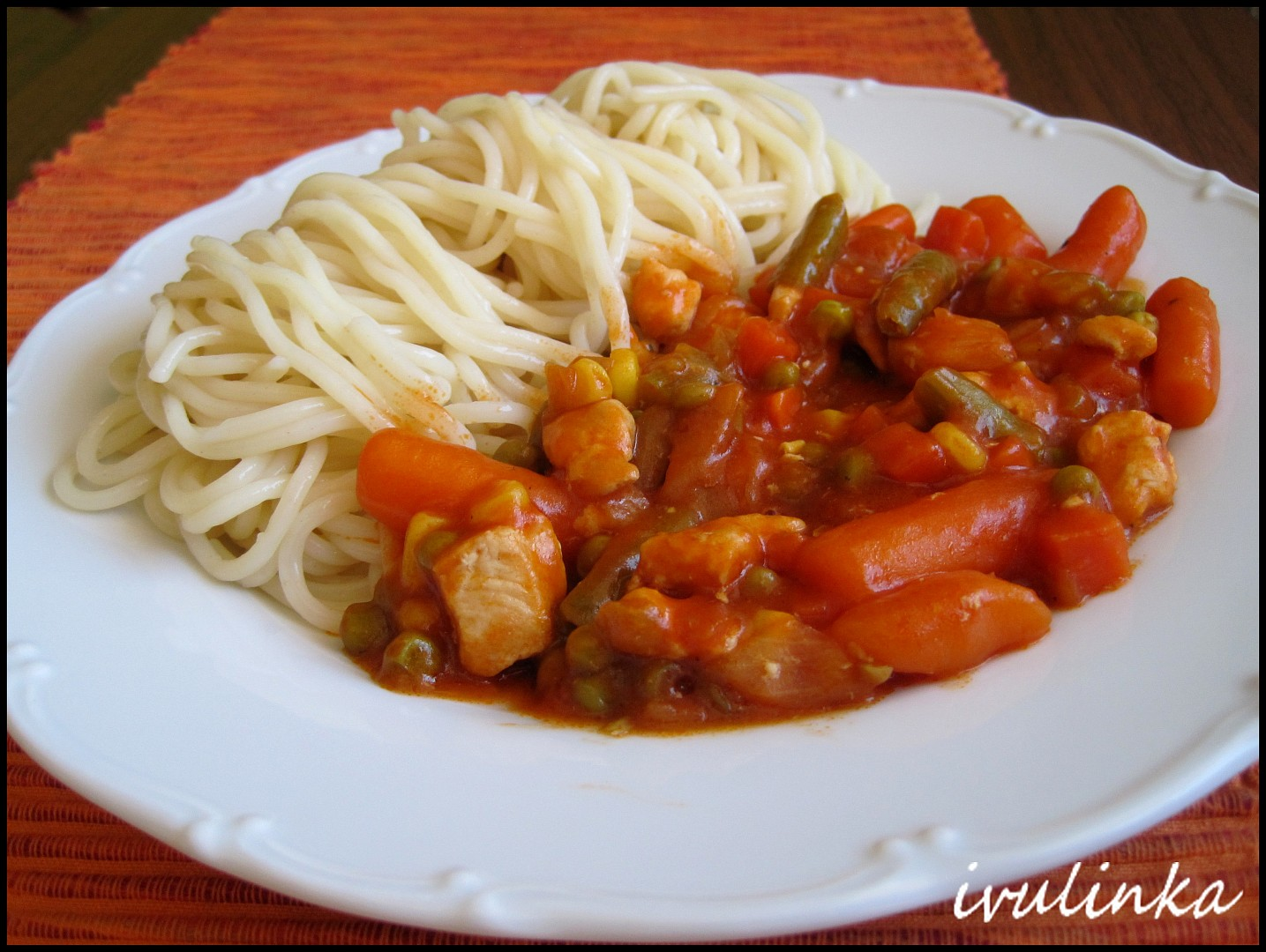Špagety s kuřecím masem a zeleninou