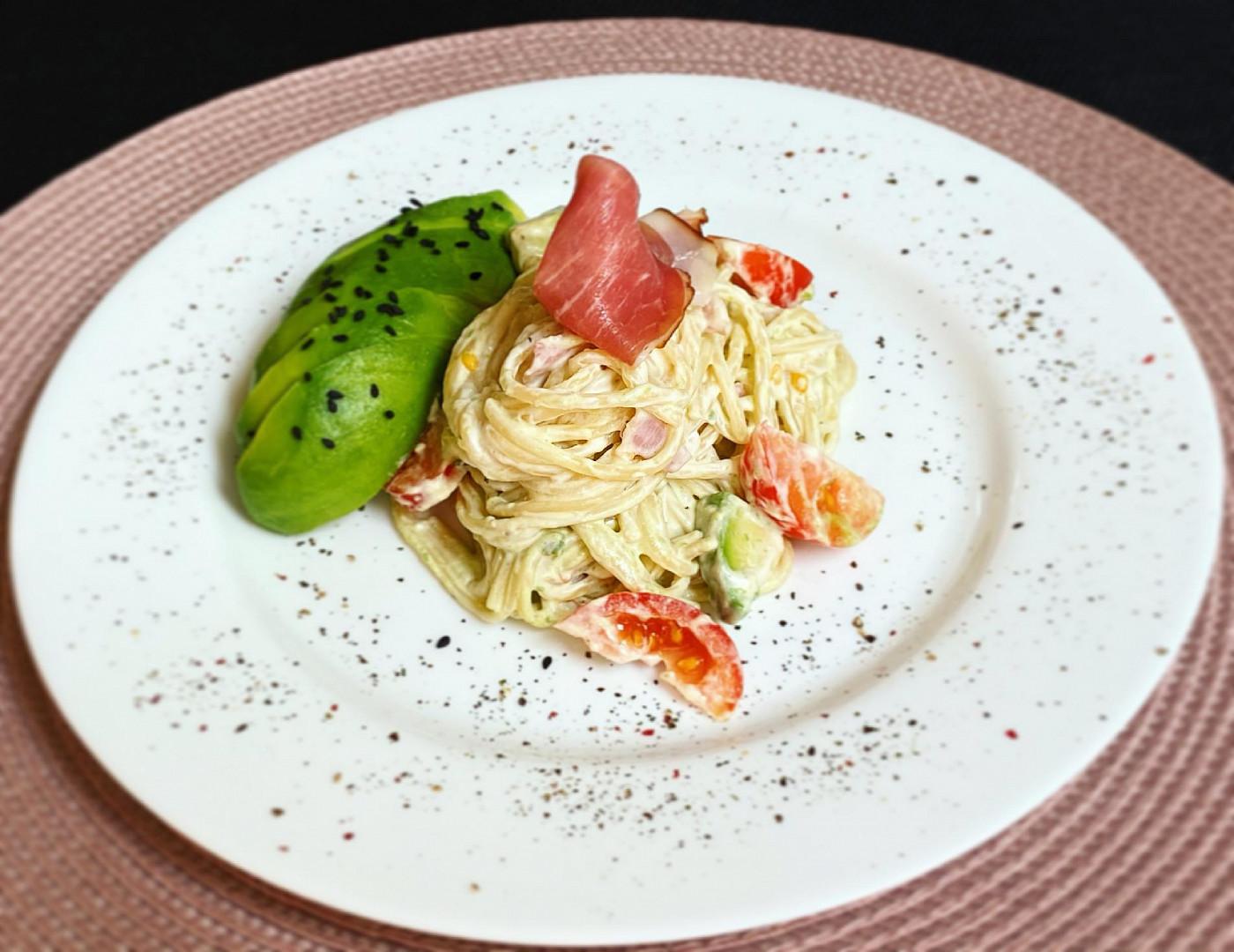 Špagety s žervé a avokádem