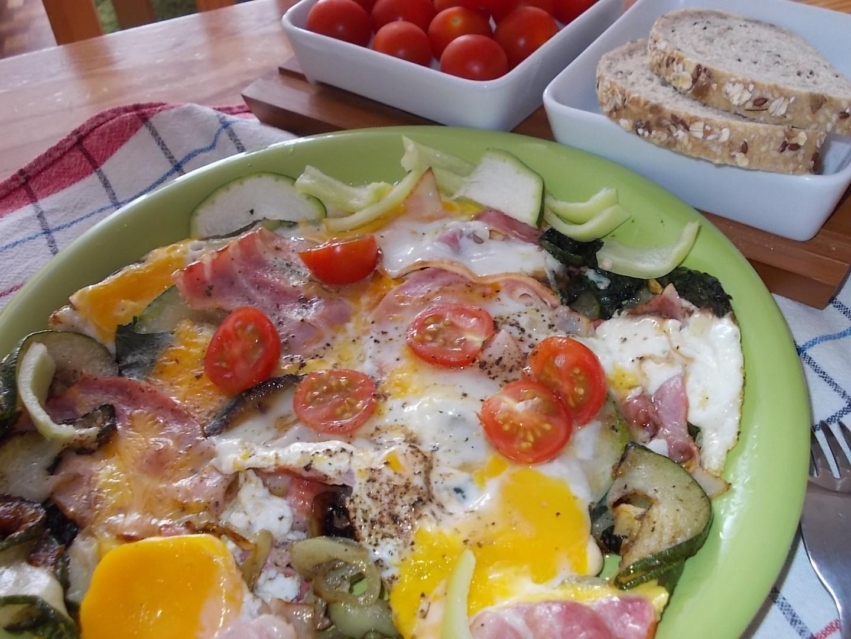 Špenátovo-cuketová omeletka se slaninou / k snídani /