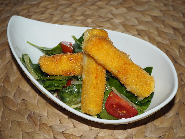 Špenátový salát se sýrovými hranolky