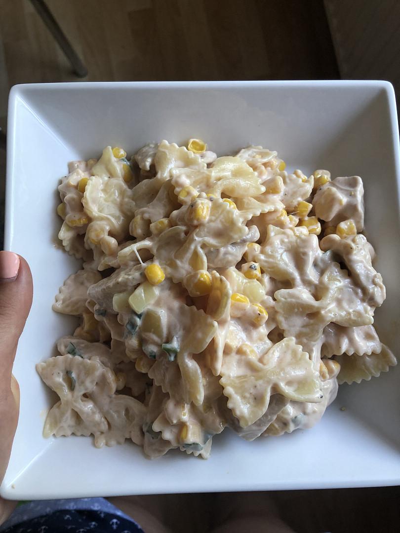 Těstoviny s kuřecím masem a jogurtovou zálivkou