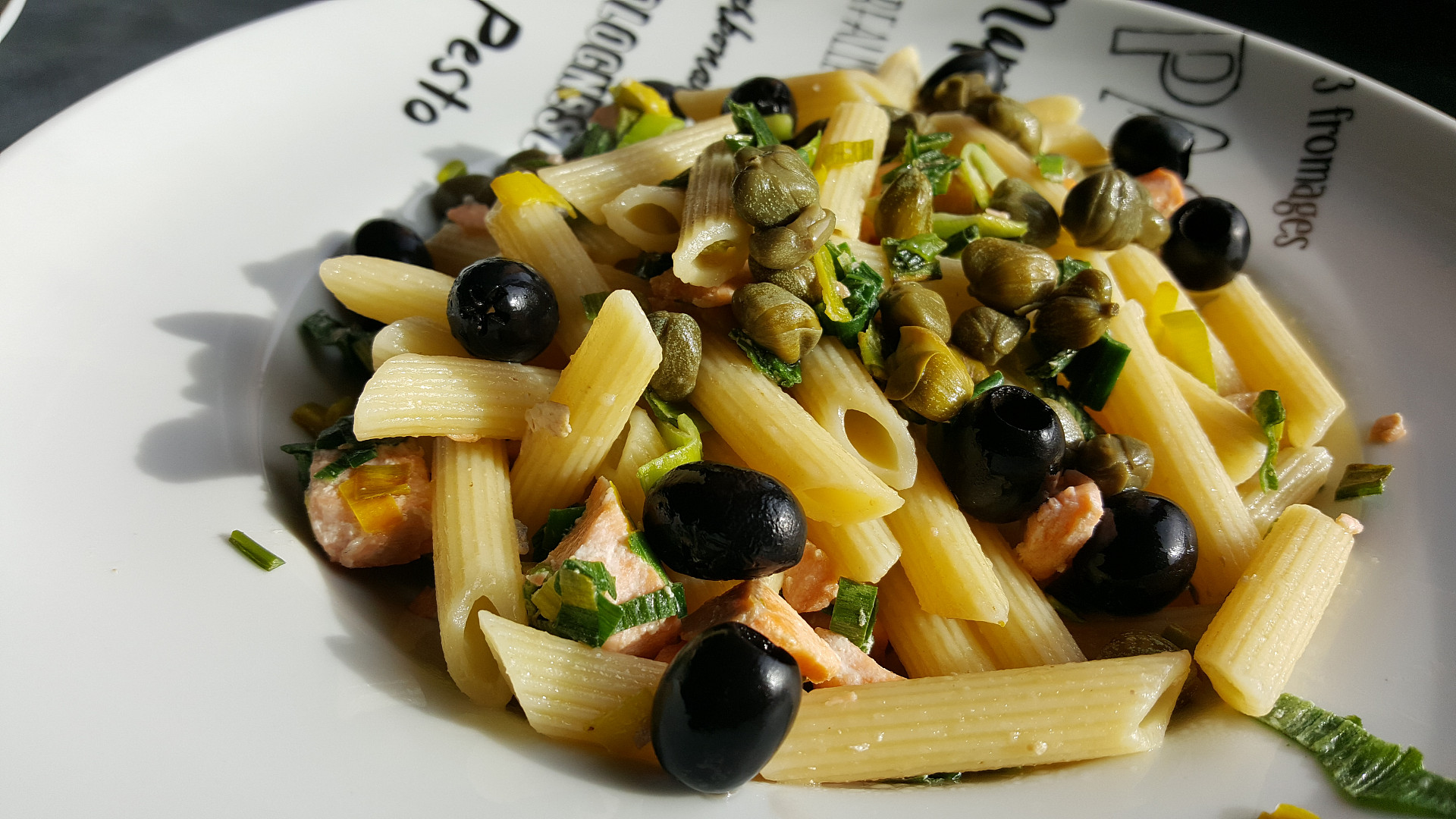Těstoviny s lososem, kapary a olivami