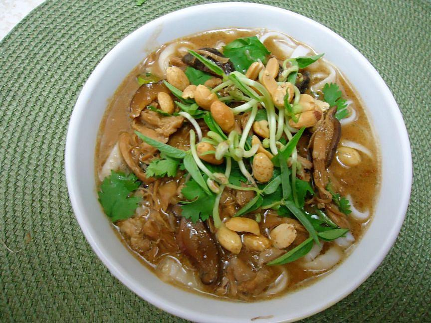 Thajská kuřecí polévka s arašídovým máslem