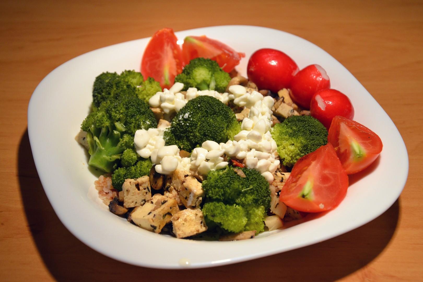 Tofu s žampióny, česnekem a brokolicí