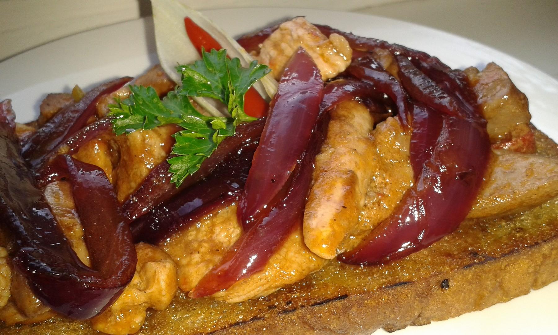 Topinka s krůtí směsí a karamelizovanou cibulí